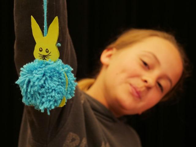 Lilly zeigt dir, wie du dir deinen eigenen Bommel-Hase bastelst.