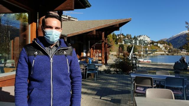 Andri Meyer, in um giuven sportiv cun chavels curts stgirs ed ina giacca sportiva blaua. Davos ves'ins il Lej da San Murezzan.