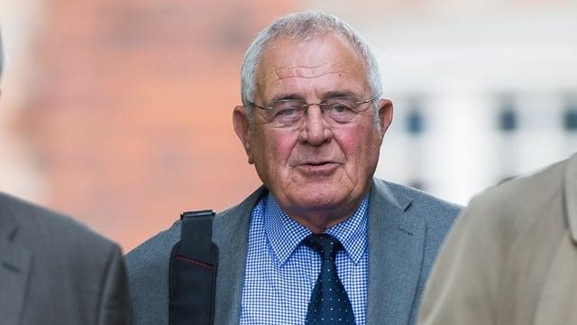 Der frühere Polizeichef von Süd-Yorkshire, Donald Denton (Mitte) schreitet zum Warrington-Gerichtshof.