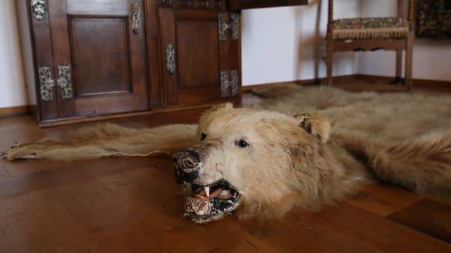 Das Bärenfell des letzten im Schloss wohnhaften Barons.
