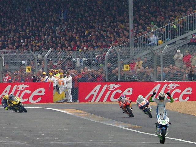 Lüthi überquert die Ziellinie mit mehr als 3 Sekunden Vorsprung: Le Mans, 15. Mai 2005.