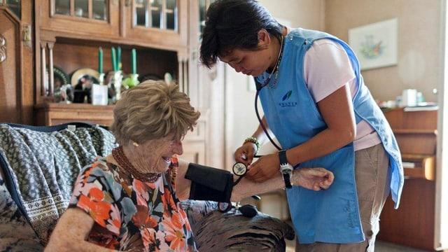 Eine Spitex-Angestellte pflegt eine alte Frau
