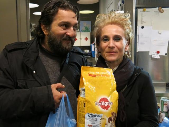 Toni und Nadja Wüthrich mit einer Tüte Hundefutter.