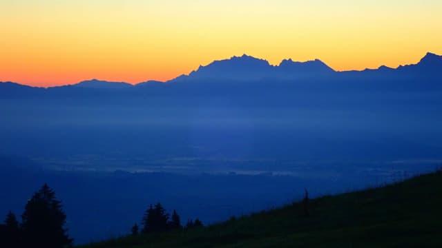 Wolkenloser Himmel mit Morgenrot über dem Alpstein.