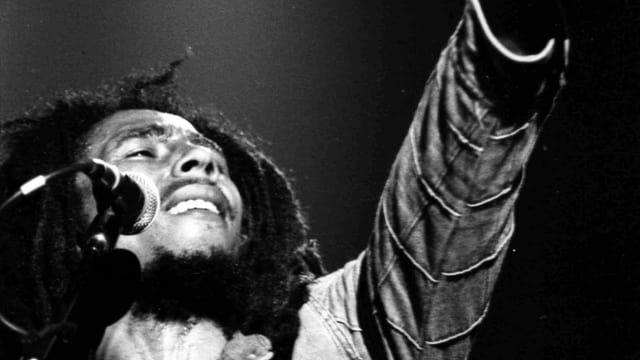 Bob Marley macht das Victory-Zeichen