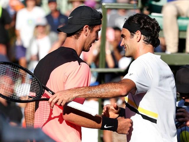 Roger Federer gratuliert Thanasi Kokkinakis.