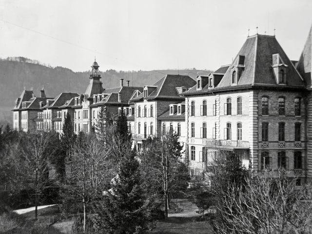 Hauptfassade der Irrenanstalt Münsingen um 1930.