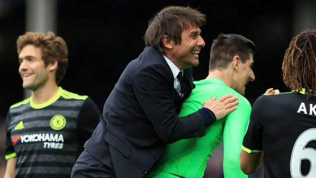 Trainer Conte jubelt mit Torhüter Courtois nach dem 3:0-Auswärtserfolg bei Everton.