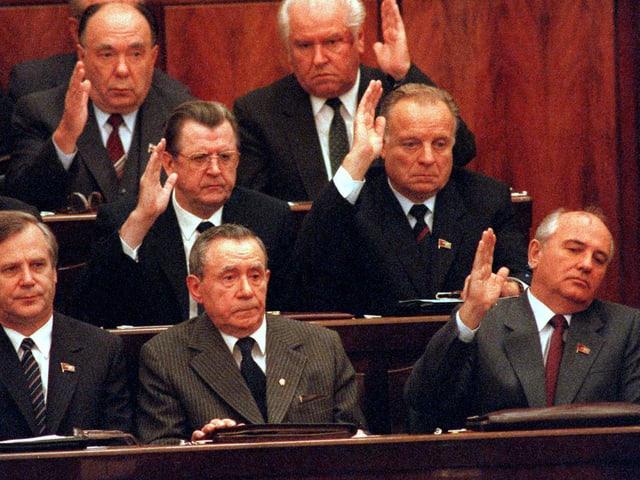 Mitglieder des sowjetischen Politbüros bestimmen über die Abwahl des sowjetischen Präsidenten Andrei Gromyko (unterste Reihe in der Mitte). Michael Gorbatschow (unterste Reihe rechts) hebt seine Hand ebenfalls. (keystone)