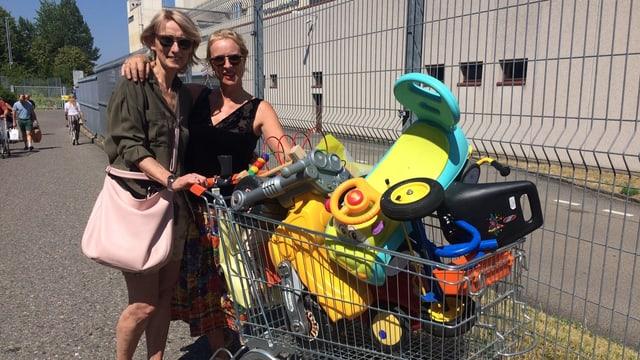 Zwei Frauen mit Einkaufswagen