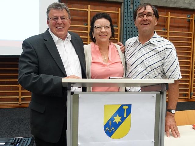 Da sanester: Aron Moser, president communal Vaz, Margrith Raschein, presidenta Curvalda e Simon Willi, president da Lantsch.