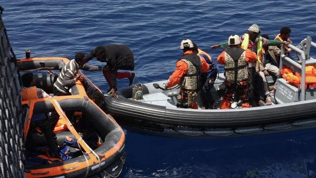 Umsteigende Flüchtlinge mitten im Meer