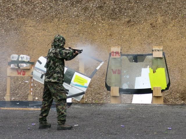 Ein Soldat schiesst auf eine Windschutzscheibe - als Test.