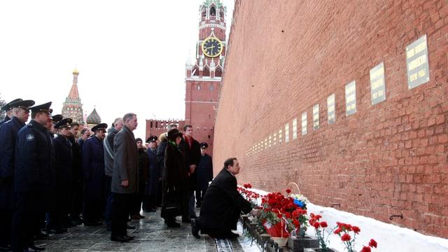 Blumenniederlegung 2011 am Grab Gagarins am Kreml 50 Jahre nach seinem Weltallflug.