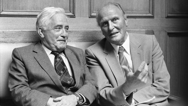 Zwei Männer in Anzug.