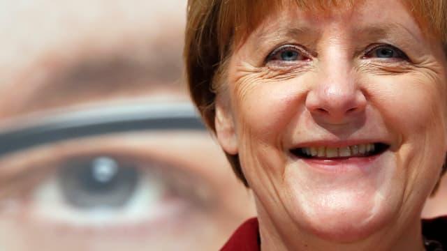 Bild der lachenden Kanzlerin Angela Merkel.
