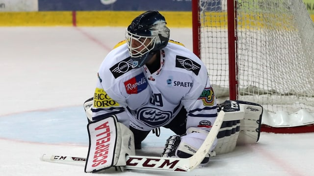 Sandro Zurkirchen blockiert den Puck.