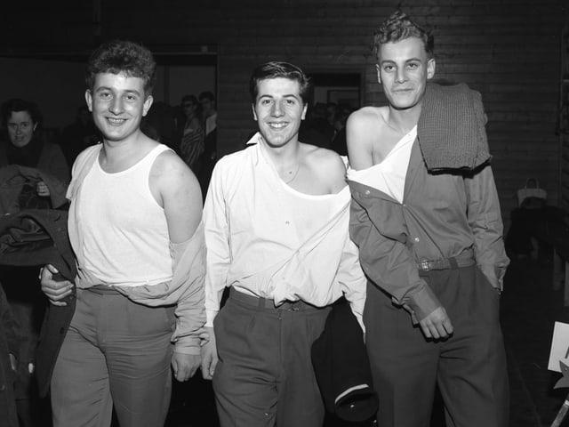 Junge Männer mit nackten Oberarmen