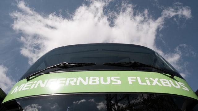 In bus da Flixbus da davant fotografà vers il tschiel.