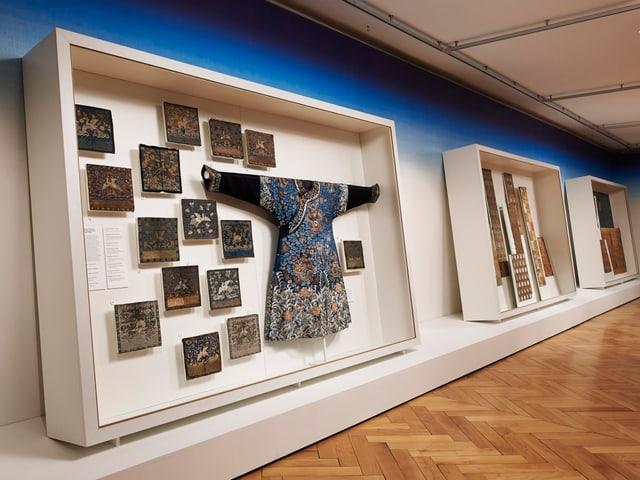Asiatische Textilien in einem verglasten Ausstellungsschrank im Textilmuseum St. Gallen