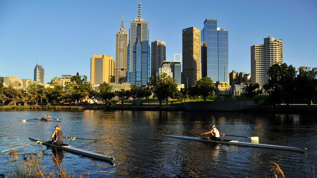 Stadtsilhouette von Melbourne, davor zwei Ruderer.