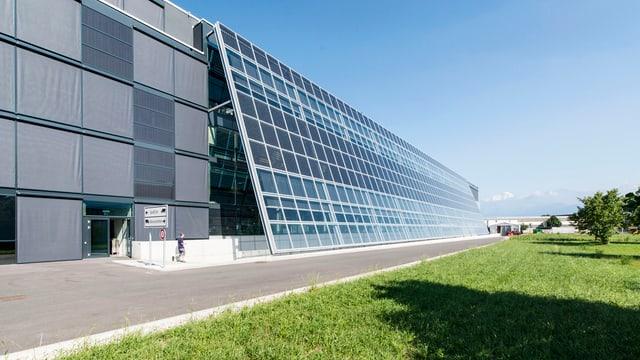 Die Fabrik von Meyer Burger mit grossen Solarpannels.