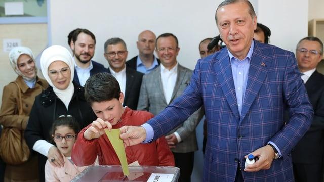 Il president tirc Recep Tayyip Erdogan votescha.