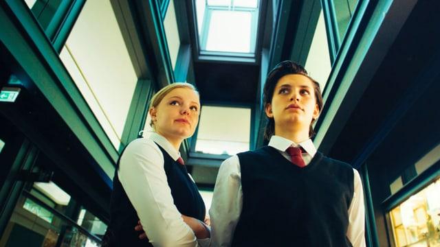 Zwei junge Frauen in der Uniform eines Sicherheitsdiensts.