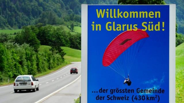 Abgebildet ist ein Ortsschild der Gemeinde Glarus Süd.