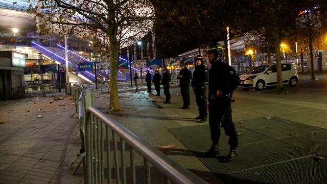 Französische Sicherheitskräfte vor dem Stade de France in Paris.