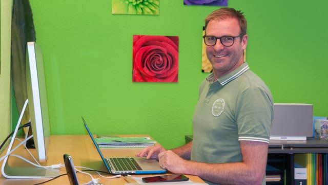 Silvio Dietrich en ses biro davant il computer.
