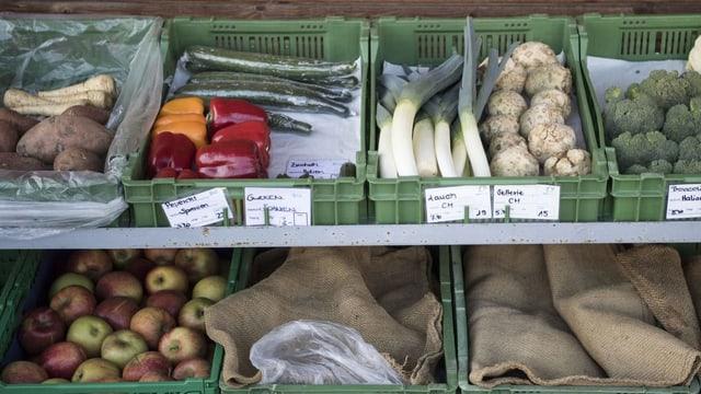 Gemüse und Früchte Auslage eines Hofladens
