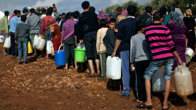 Syrische Flüchtlinge holen Wasser für ihr Flüchtlingslager.
