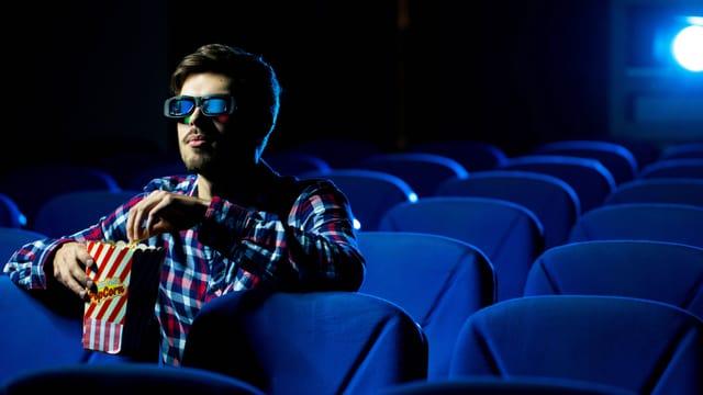Mann mit 3D-Brille alleine in einem Kinosaal