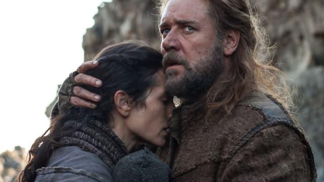 Ein Mann mit Bart umarmt eine Frau und blickt dabei angespannt.