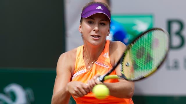 Belinda Bencic spielt eine doppelhändige Rückhand