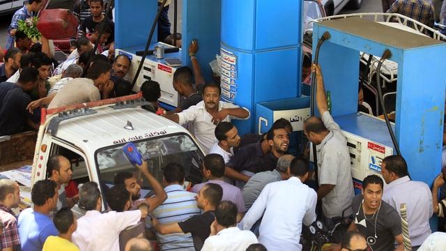 Chaotische Szenen vor einer Tankstelle in Kairo.