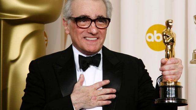 Martin Scorsese hält lächelnd seinen ersten Oscar in der Hand.
