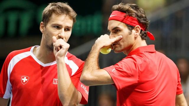 Marco Chiudinelli (san.) e Roger Federer (dre.).