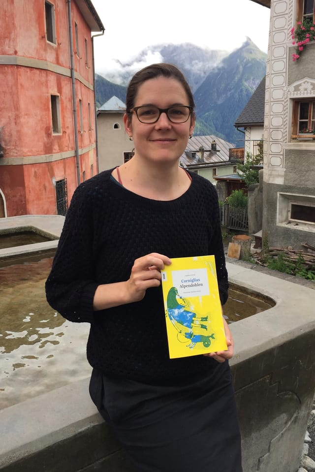 L'illustratura Madlaina Janett cun il carnet OSL «Corniglias/Alpendohlen».