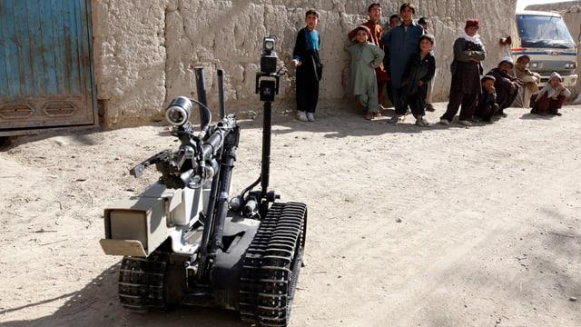 Ein Roboter steht vor Kindern