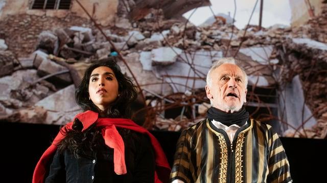 Eine Schauspielerin und ein Schauspieler auf der Theaterbühne.