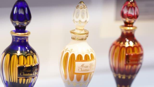 Drei Parfumflaschen.