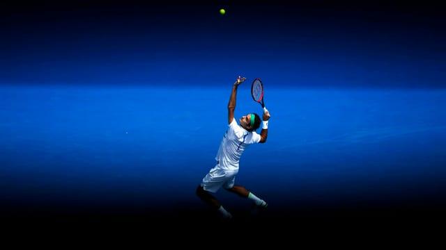 Roger Federer bei einem Service in Melbourne.