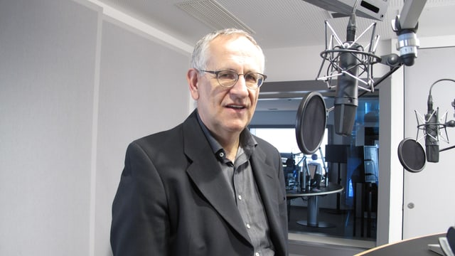 Josef Schuler im Radio-Studio vor dem Mikrofon