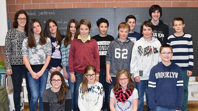 Scolaras e scolars da la 6avla classa da Savognin.