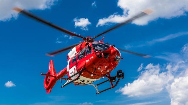 In helicopter da la Rega en l'aria.
