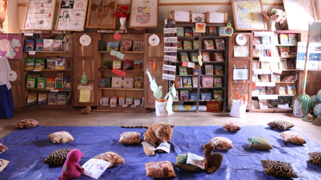 In einem Raum gibt es Spielsachen um geistig behinderte Kinder zu aktivieren