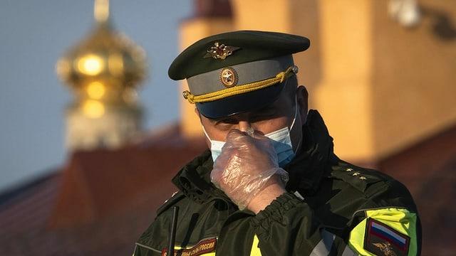 Polizist mit Maske