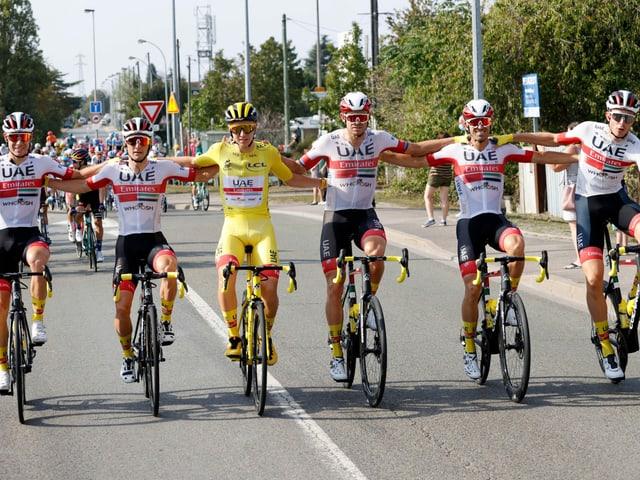Das Team UAE auf der letzten Etappe Arm in Arm.